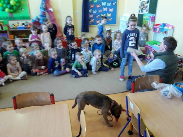 Lekcja kynologiczna w szkole w Żalnie